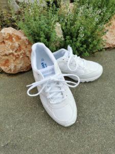 防水運動靴